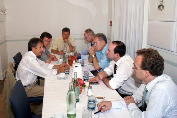Zusammen an einem Tisch sitzen die Vertreter des Bayerischen Gemeindetags und unserer Fraktion und stellten dabei viele inhaltliche Übereinstimmungen fest.